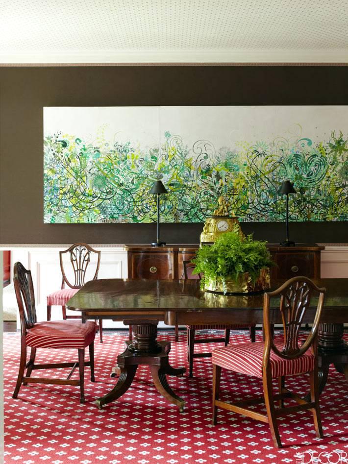 большая светлая картина на коричневой стене в столовой комнате