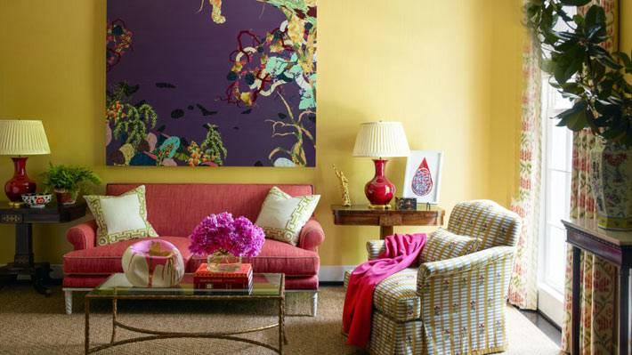 яркие цвета в дизайне интерьера гостиной комнаты