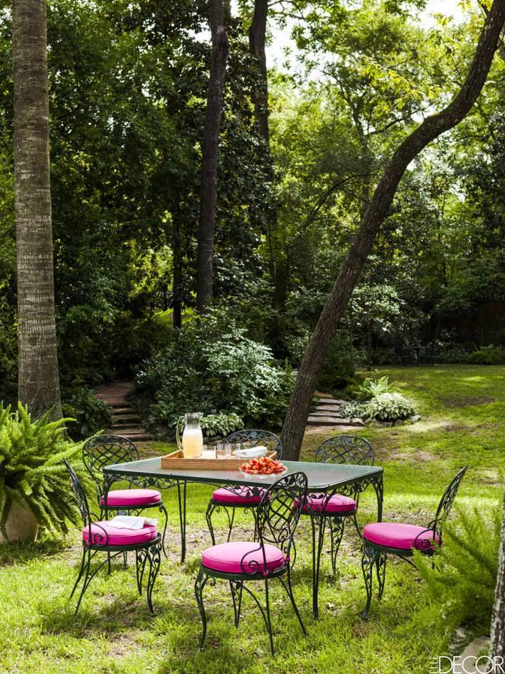 обеденный стол во дворе на природе среди деревьев фото