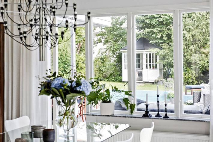 большое окно с низким подоконником в интерьере загородного дома