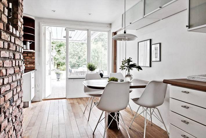 кирпичная стена с грубой кладкой в идеальном интерьере кухни