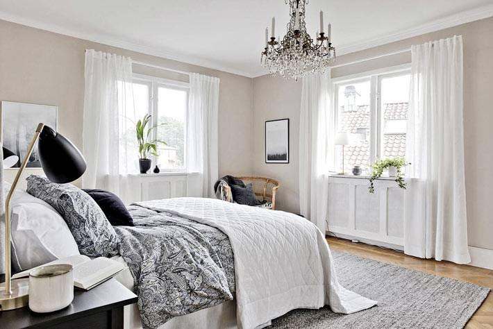 красивая хрустальная люстра в дизайне интерьера спальни фото