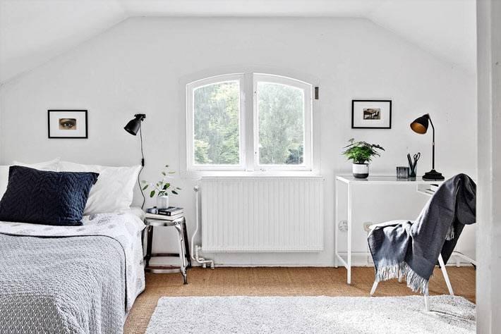 мансардная спальня белого цвета с рабочим столом фото