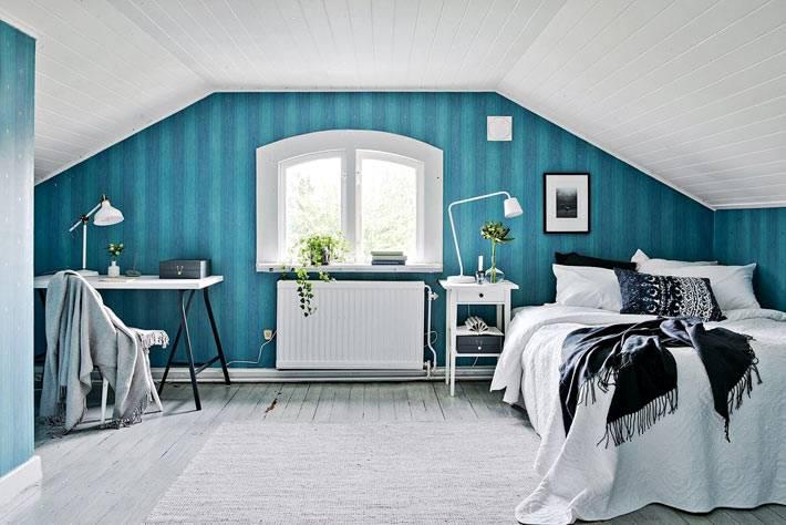 спальня на мансардном этаже в акцентной синей стеной