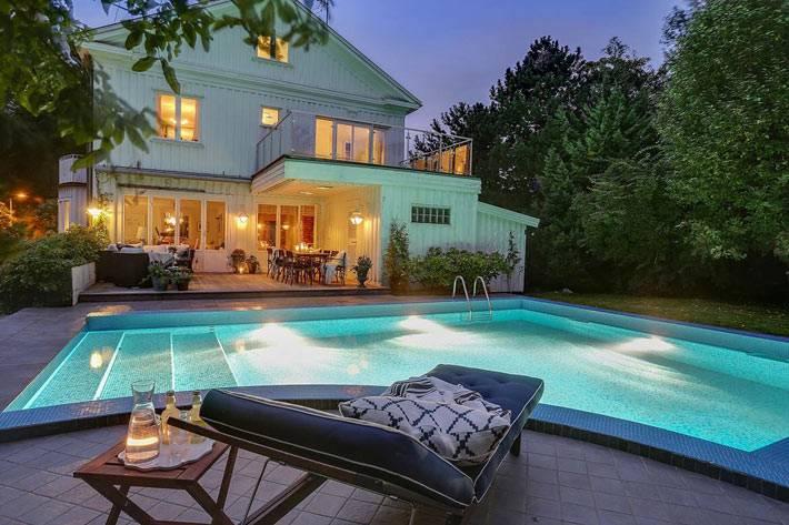 большой загородный дом в Швеции с бассейном и шезлонгами