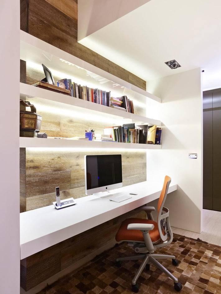 удобное рабочее место с деревянной панелью и подсветкой фото