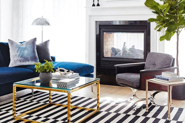 золотистый журнальный столик и камин в гостиной комнате