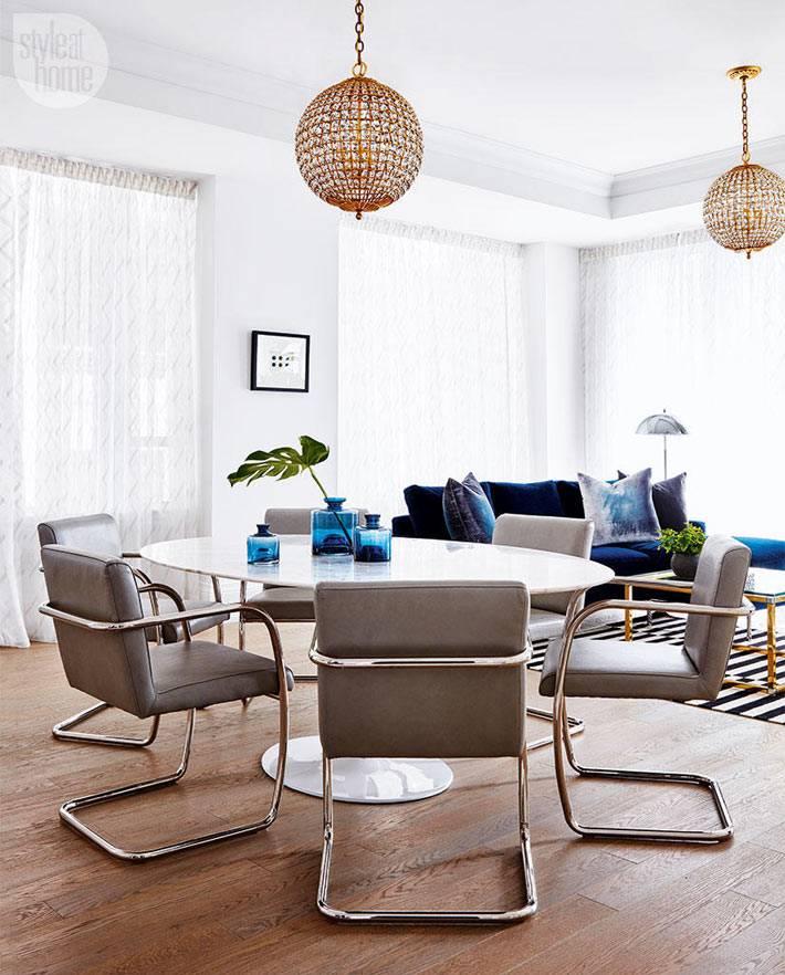 прекрасная столовая зона с серыми креслами в интерьере гостиной комнаты