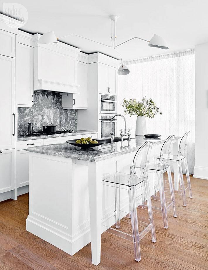 белоснежный интерьер кухни с современной белой люстрой фото