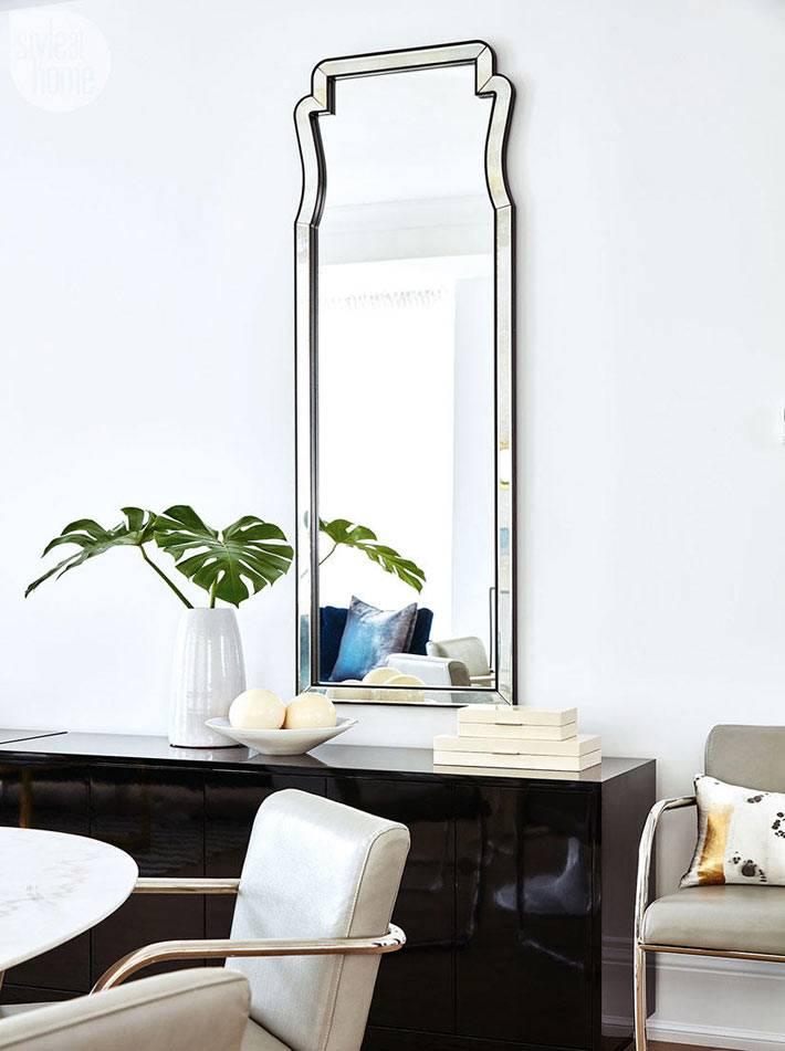 высокое вертикальное зеркало с зеркальной раме в доме