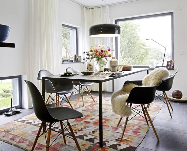 черные пластиковые стулья в дизайне скандинавской столовой