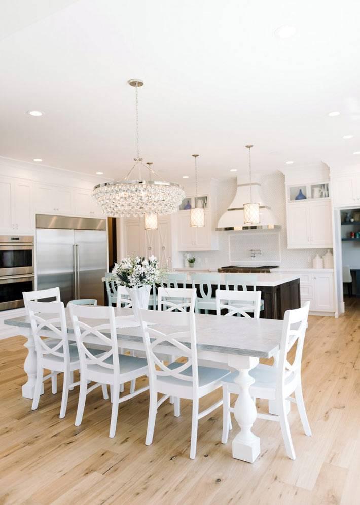 шикарный интерьер кухни с красивой столовой комнатой