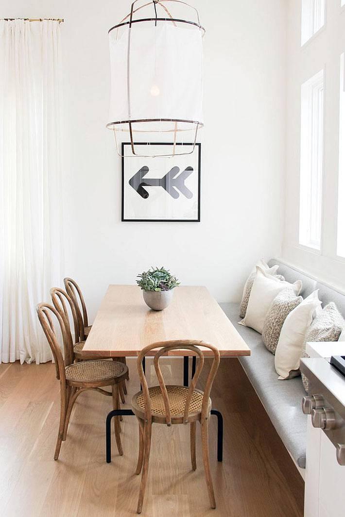 диванные подушки добавляют уюта скандинавскому интерьеру