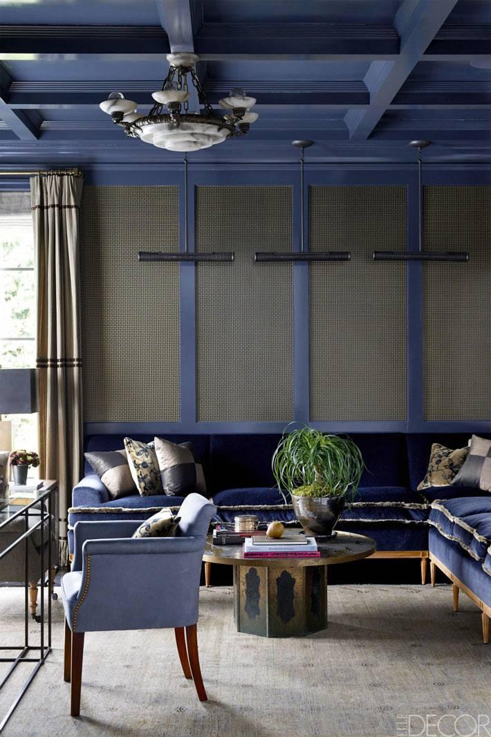 синий цвет деревянного потолка в дизайне комнаты