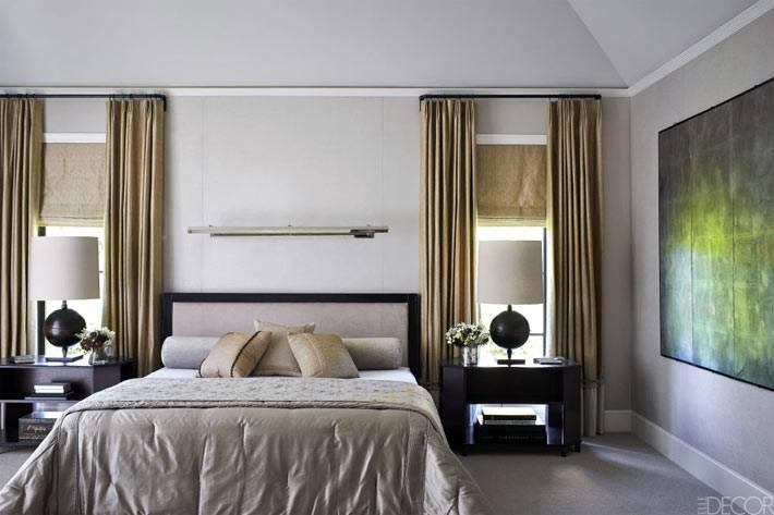 сдержанный дизайн интерьера спальни с большой современной картиной