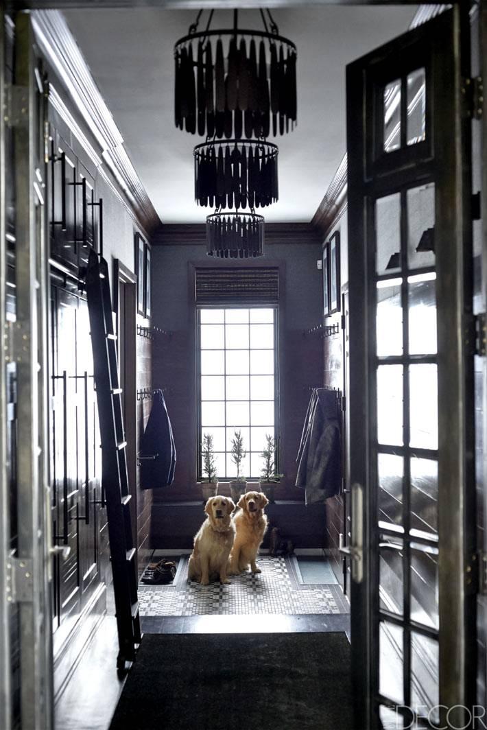 темные оттенки в дизайне коридора дома фото