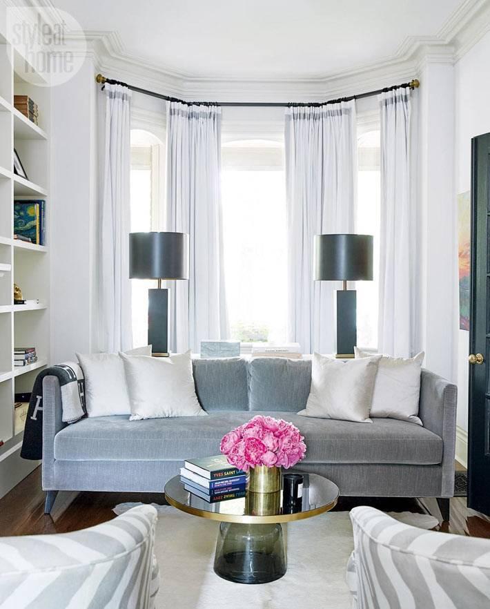 уютная обстановка гостиной комнаты с мягкими диванами фото