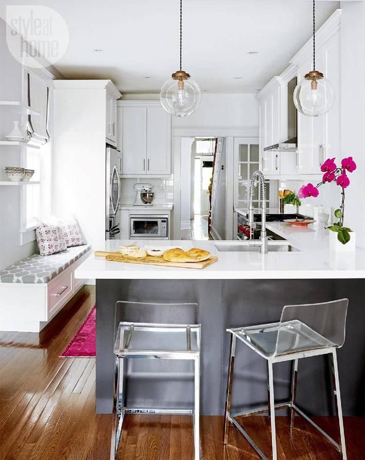 мягкая лавка возле подоконника на кухне фото