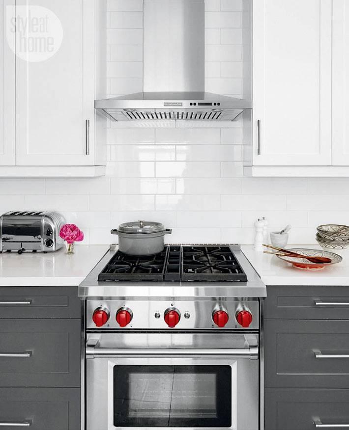 интерьер кухни в белом цвете с серой кухонной мебелью фото