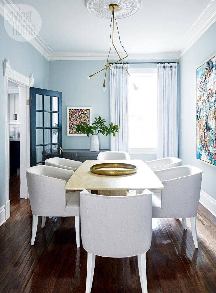 мягкий голубой цвет стен в столовой комнате с мягкими креслами