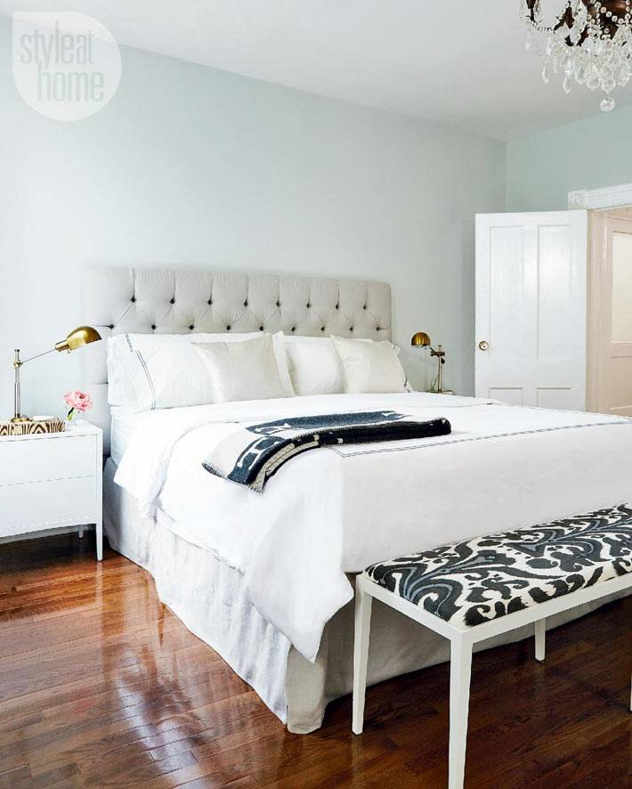 простой дизайн спальни с роскошной кроватью с мягким изголовьем