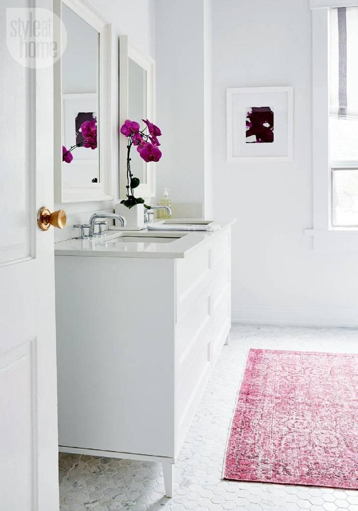 два умывальника в одной ванной комнате в белом цвете фото