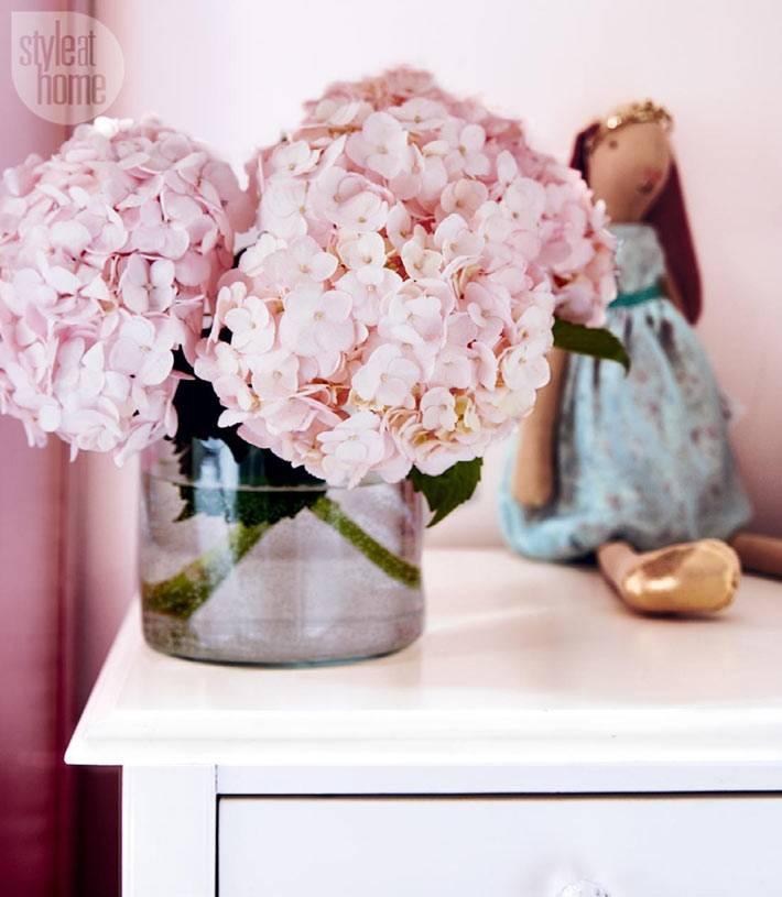 розовые цветы и аксессуары в детской спальне девочки фото
