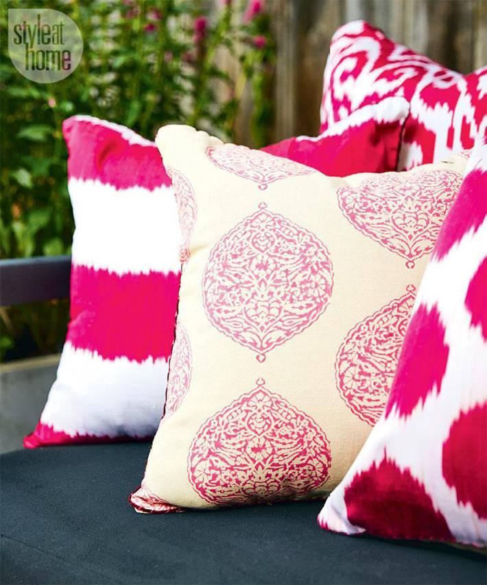 яркие розовые декоративные подушки с узорами в декоре