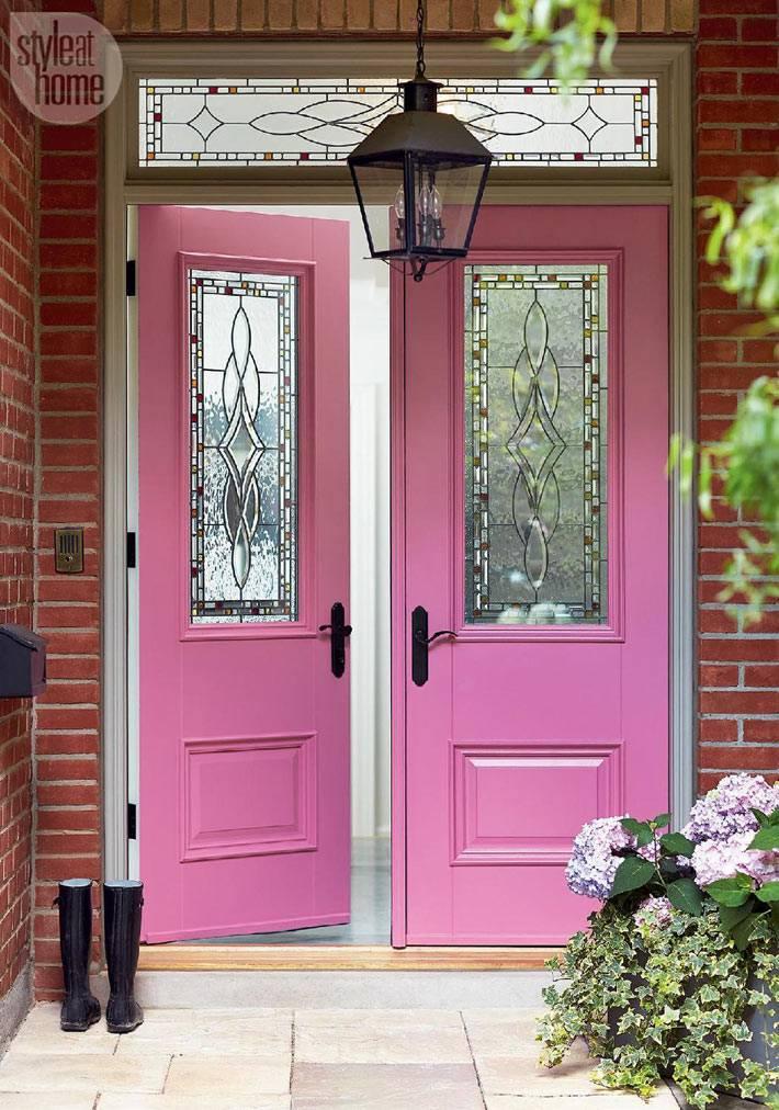 розовая входная дверь в дом в современном интерьере