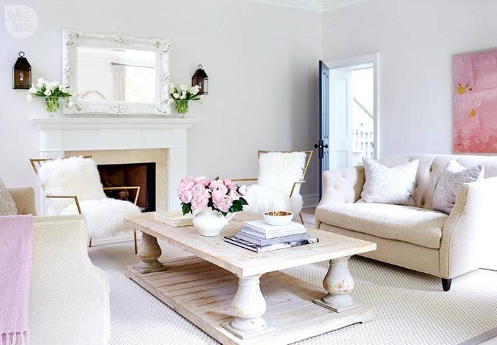 массивный деревянный журнальный стол в центре белой гостиной