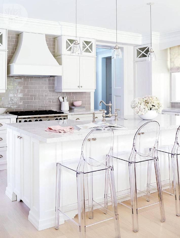 белый цвет в интерьере кухни и пластиковые стулья