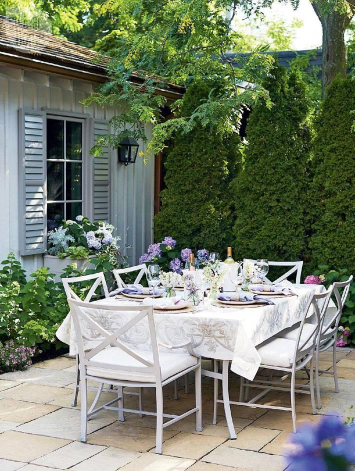 сервировка летнего обеденного стола в саду фото