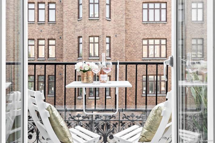 красивый дизайн маленького балкона в городской квартире