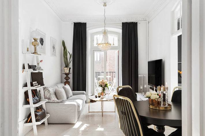 белый дизайн интерьера гостиной комнаты с черными шторами