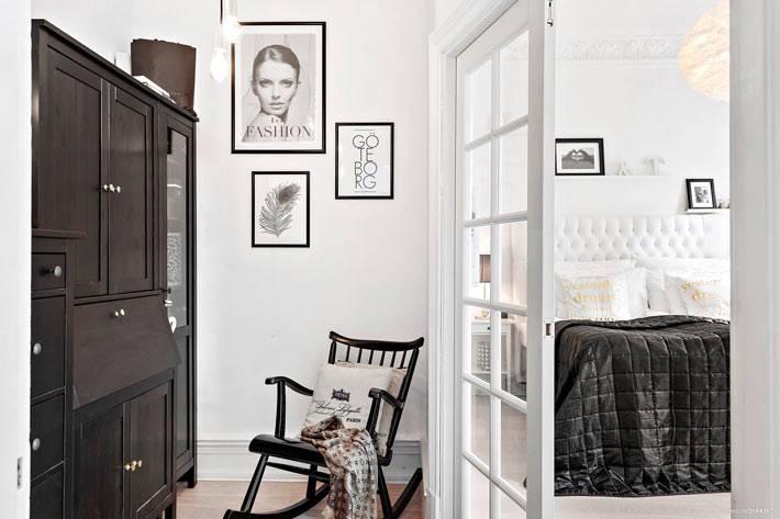 старинный черный деревянный буфет с секретером в квартире