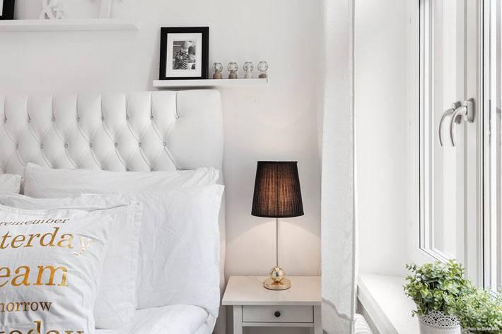 белая кровать с высоким мягким изголовьем в маленькой спальни
