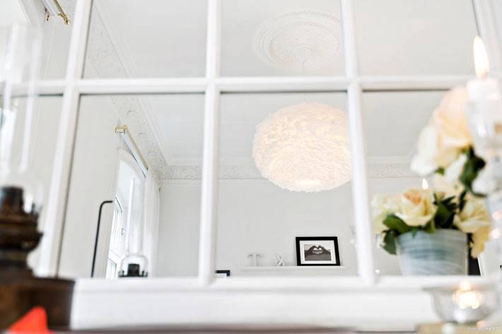 стеклянная перегородка отделяет спальню от гостиной комнаты