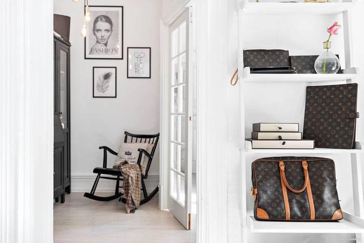 черные детали на фоне белых стен в дизайне красивой квартиры
