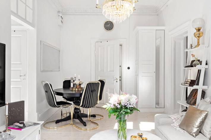 элегантный дизайн гостиной комнаты с хрустальной люстрой фото