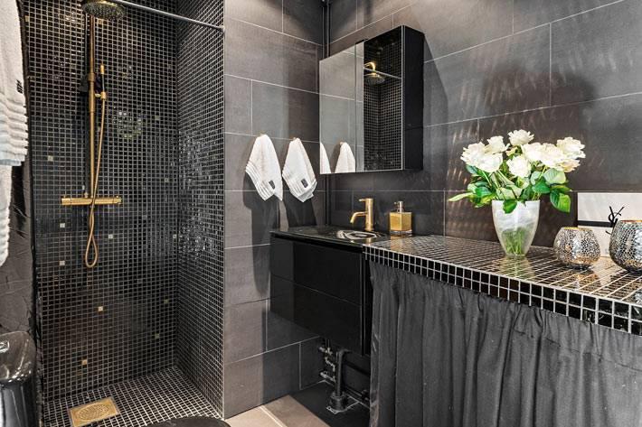 красивый дизайн интерьера ванной комнаты в черном цвете