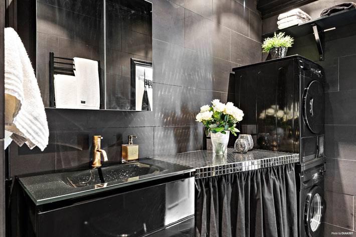 большая ванная комната оформлена полностью в черном цвете