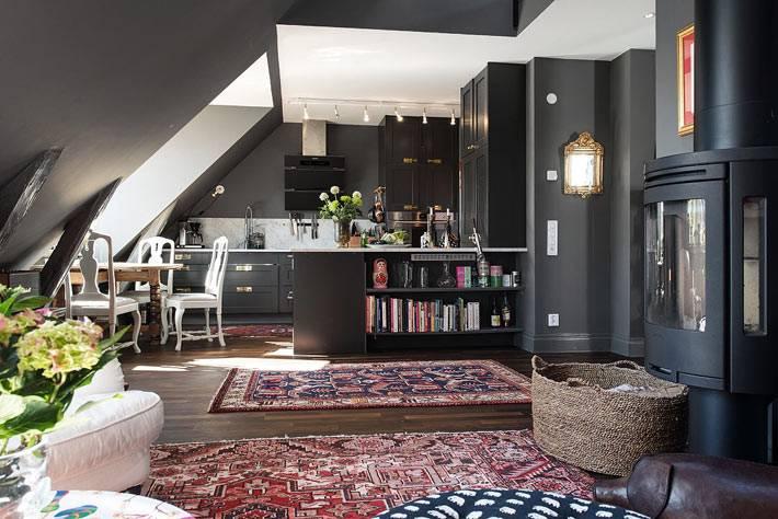 Мансардная квартира с преобладающим черным цветом фото