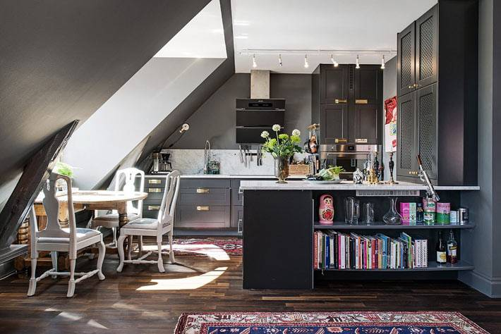 черный цвет в дизайне интерьера мансардной кухни