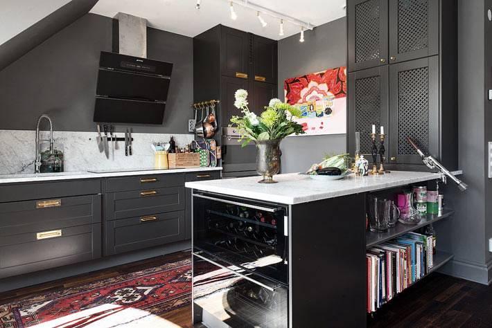 красивая кухня с черным интерьером и белой мраморной столешницей