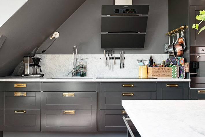 черная встроенная бытовая техника на кухне черного цвета фото