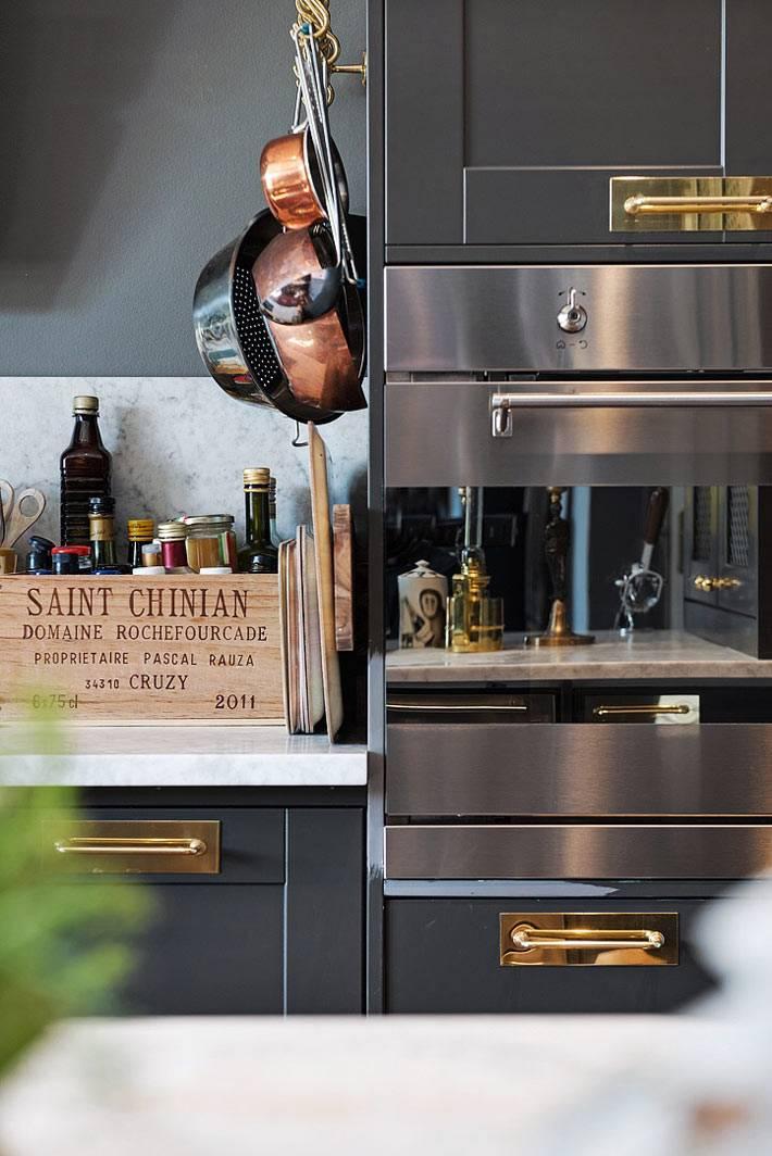 латунные детали и посуда лучше всего смотрятся на черной кухне