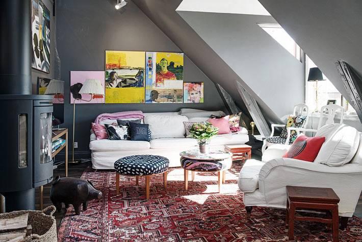 гостиная комната с камином и мансардным окном фото