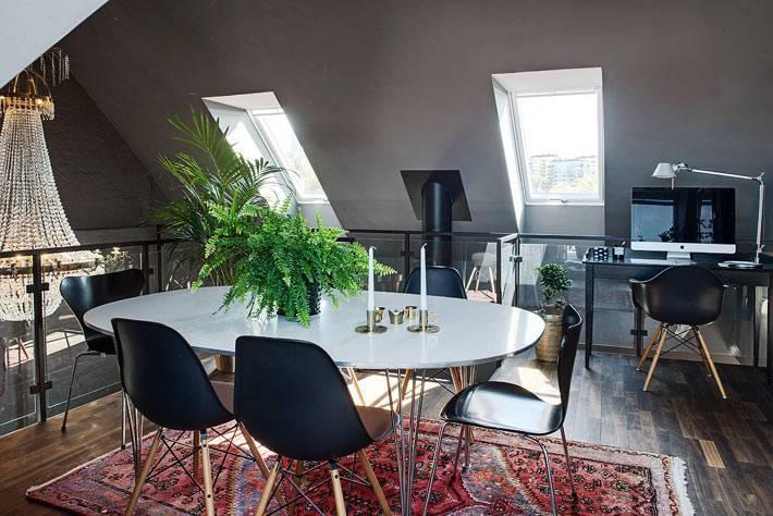 мансардный этаж квартиры с черными стенами и черной мебелью