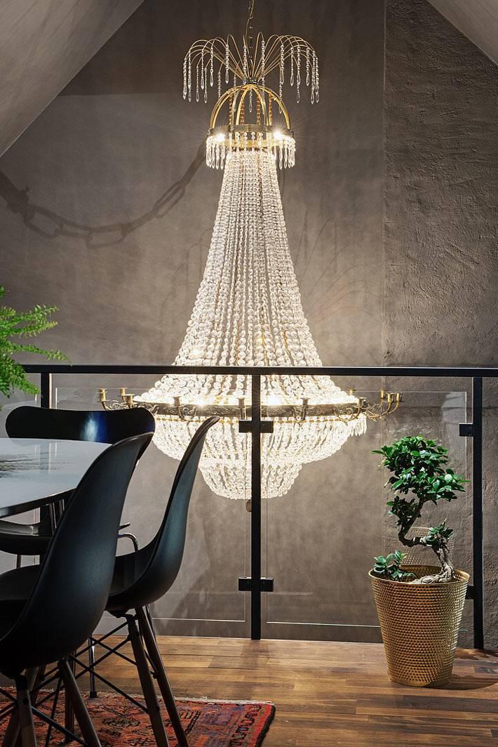 большая хрустальная люстра в дизайне интерьера квартиры фото