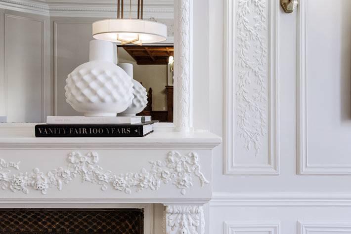 красивая белая лепнина на каминной полке и на стенах квартиры